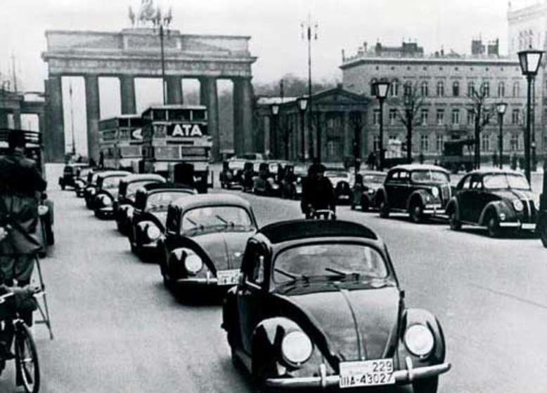 VW Käfer, am Brandenburger Tor, Foto: Volkswagen